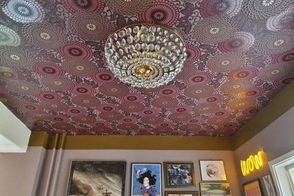 Comment coller le papier peint sur le plafond?